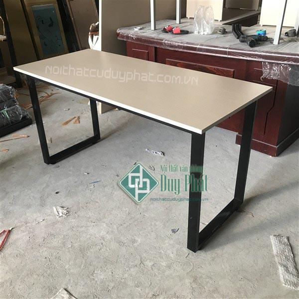 Mẫu bàn làm việc hiện đại chân sắt chữ U cho dịch vụ thanh lý bàn ghế Hai Bà Trưng