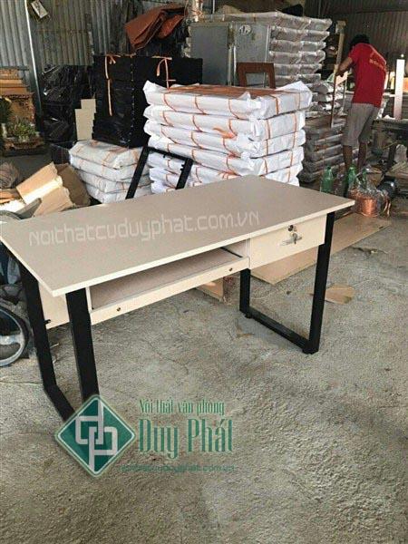 Mẫu bàn làm việc hiện đại chân sắt chữ U