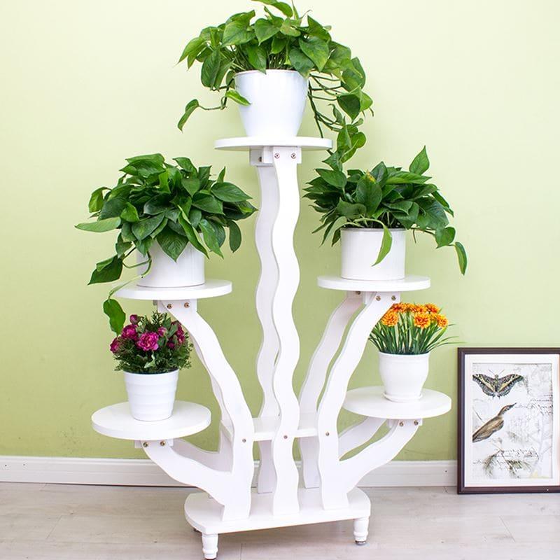 Kệ trang trí hoa bằng gỗ màu trắng hòa hợp với màu cây rất thoáng