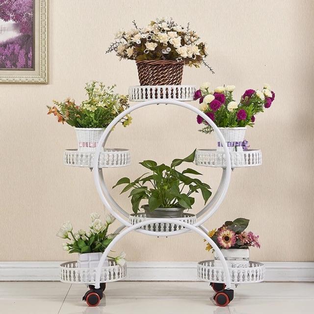 Kệ trang trí hoa có bánh xoay giúp dễ dàng di chuyển vị trí linh hoạt