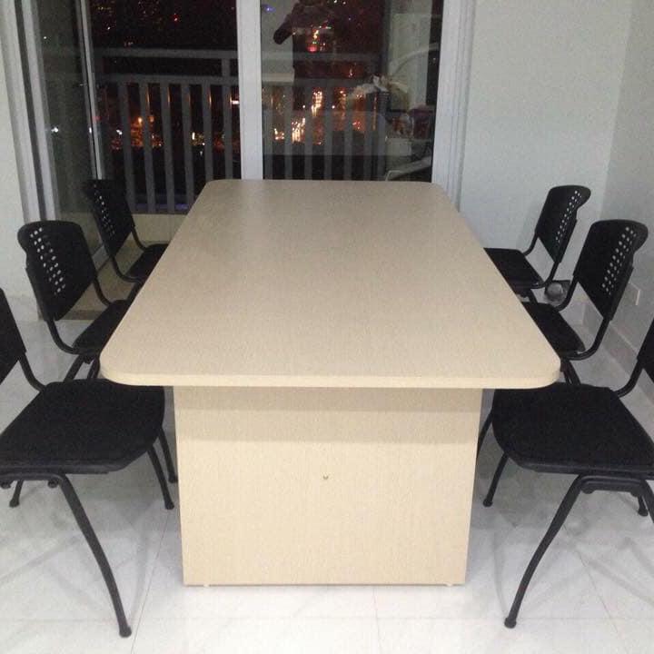 Với bàn họp có kích thước nhỏ hơn có thể ngồi được ít người hơn nhưng ưu điểm tiết kiệm không gian